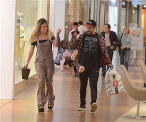 Giovanna Ewbank e Bruno Gagliasso passeiam com Titi em shopping no RJ