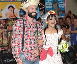 """Ex-BBBs Wagner e Gleici se casam """"de mentirinha"""" em festa junina no RJ"""