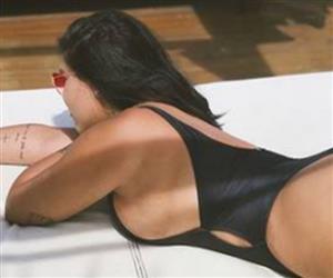 Filha de Solange Almeida impressiona seguidores com fotos sensuais