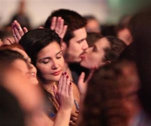 Nicolas Prattes e Juliana Paiva são flagrados aos beijos em show no Rio de Janeiro