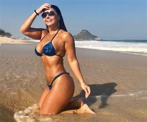 De biquíni, Viviane Araújo exibe corpão em praia no Rio de Janeiro