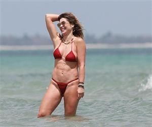 Flávia Alessandra exibe corpão sarado ao curtir praia em Jericoacoara