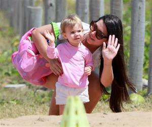 Thaís Fersoza leva os filhos, Melinda e Theodoro, à praia