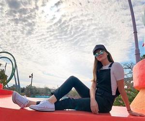 10 looks completamente distintos que Camila Queiroz já combinou com tênis