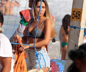 De fio-dental, Carolina Portaluppi é flagrada em momento inusitado na praia de Ipanema