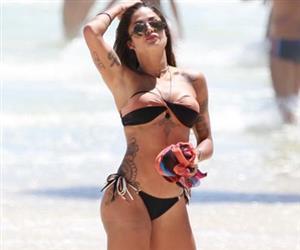 Aline Riscado exibe bumbum sem celulites em dia de praia