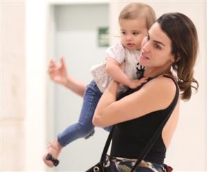 Filha de Rodrigo Santoro e Mel Fronckowiak surge em cliques raros durante passeio no RJ