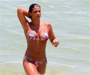 Filha de Flávia Alessandra, Giulia Costa aproveita praia e toma banho de mar