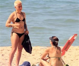 """Platinada, Lan Lanh """"tira folga"""" de Nanda Costa e curte praia de biquíni com amigos"""