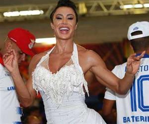 De vestidinho branco, Gracyanne Barbosa cai no samba e mostra marquinha do bronzeado