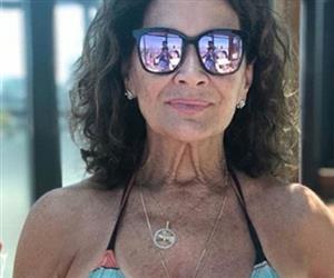 Famosas com mais de 60 anos curtem o verão e provam que biquíni não tem idade
