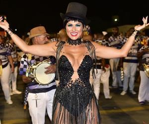 Lívia Andrade encarna cantora sexy de cabaré em ensaio de Carnaval