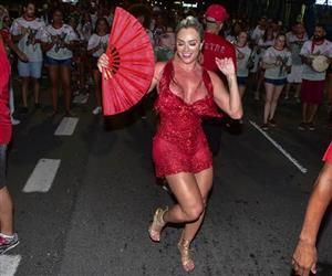 Decote ''explosivo'' de Juju Salimeni rouba a cena em noite de samba