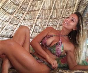 Neta de Gianfrancesco Guarnieri exibe corpão em fotos de biquíni