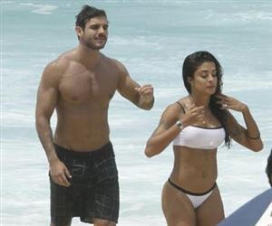 Aline Riscado exibe corpão e beija muito moreno sarado em praia do Rio
