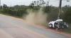 Vídeo: Carro parte ao meio ao bater contra poste e uma pessoa morre