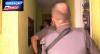 Mãe desesperada chama a polícia após a filha ameaçar se matar com uma faca