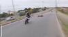 Homem tenta derrubar policial durante perseguição eletrizante