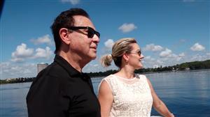 Amaury Jr. faz passeio de barco em complexo de lagos de Orlando
