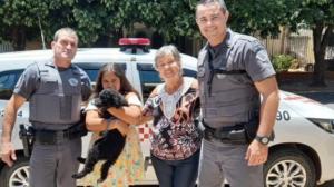 Cachorro é resgatado após ser colocado em saco plástico e jogado em bueiro