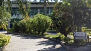 Homem é morto e mulher fica gravemente ferida em frente a motel em Niterói