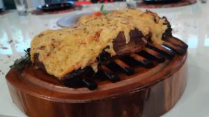 Faça costelinha, farofa de pão de queijo e salada de batata