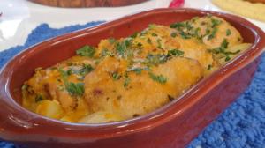 Convidada de Edu Guedes faz filé de peixe, frango, costela e picadinho