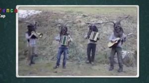 """Banda de mascarados toca música do """"zap zap"""""""