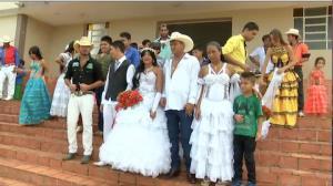 Reportagem mostra um tradicional casamento arranjado entre menores ciganos