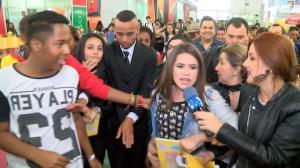"""Maísa Silva lança livro em meio a uma multidão: """"Muito feliz"""""""