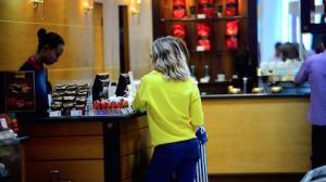 Giovanna Ewbank compra chocolate em aeroporto do Rio de Janeiro