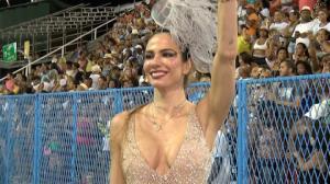 Após quatro anos longe, Luciana Gimenez celebra retorno ao Carnaval carioca