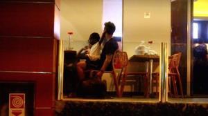 Titi dá show de fofura no colo de Bruno Gagliasso em restaurante do Rio
