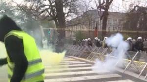 """Protestos dos """"coletes amarelos"""" levam milhares às ruas da França"""