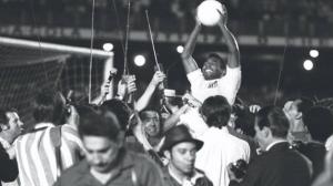 Há 50 anos, Pelé marcava seu gol de número mil