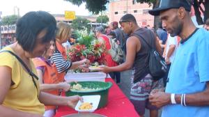 BH: Moradores de rua ganham ceia de natal antecipada