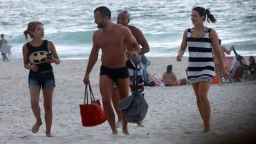 Malvino Salvador e Kyra Gracie v�o com a filha, Ayra, � praia