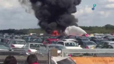 Avi�o cai sobre p�tio de carros no Reino Unido