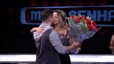 Rodolfo presenteia Maria Cec�lia no palco do Mega Senha
