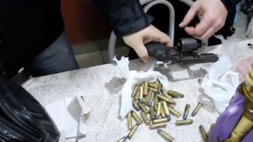 Policiais encontram arma e muni��o em casa de suspeito