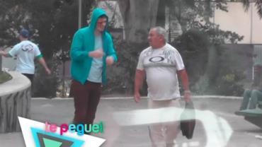 Homem pede ajuda na rua e assusta pessoas