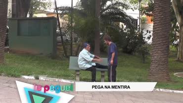 Homem pede ajuda para tirar sapato que est� todo sujo