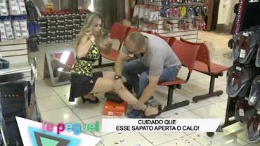 Vendedora finge que se machuca para marmanjos acariciarem sua perna