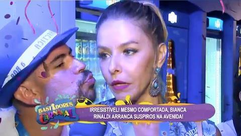 Foli�o tenta beijar Bianca Rinaldi durante entrevista e atriz se assusta