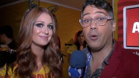 Marina Ruy Barbosa ignora comendador e curte Carnaval agarrada ao namorado