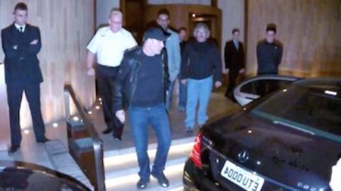 John Travolta acena para f�s no Brasil