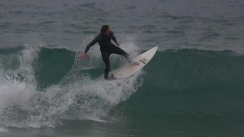 R�mulo Arantes Neto 'pega onda' em praia carioca