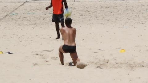 Portugu�s Paulo Rocha 'apanha' da bola na praia