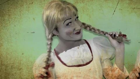 Ex-BBB Serginho encarna boneca Annabelle