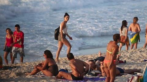 Nanda Costa exibe corp�o em praia carioca